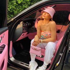 Neuer Tag, neuer Look, neues Auto: Kylie Jenner posiert vor dem rosafarbenen Interieur ihres Luxusschlittens. Passend dazu trägt sie einen Luxus-Hut von Prada und eine Luxus-Handtasche von Hermès - beides auch in Rosa.