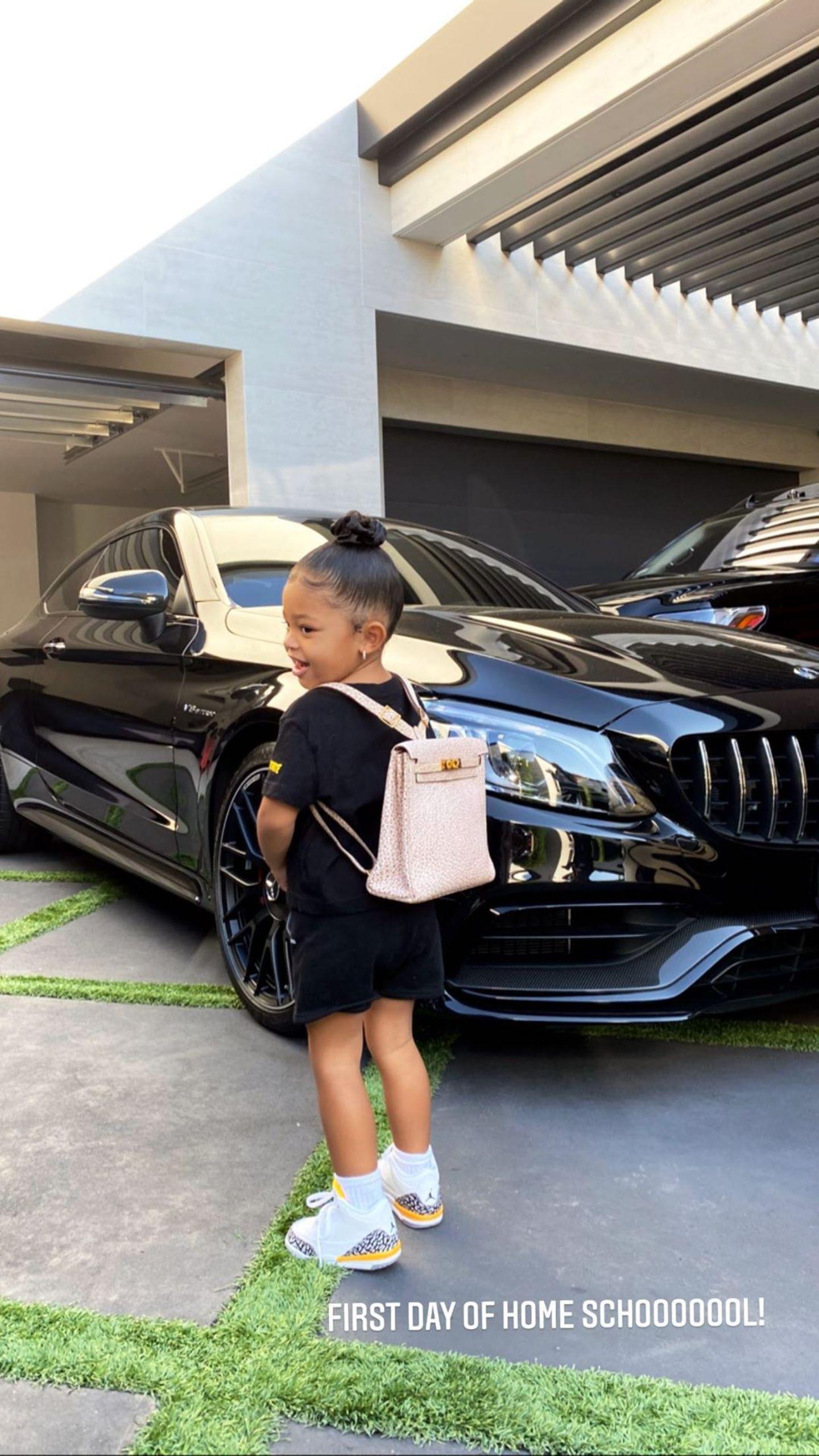 Die kleine Stormi ist auf dem Weg zum Homeschooling. Hierfür hat sich die Zweijährige ordentlich in Schale geschmissen: Sie trägt ein schwarzes T-Shirt-Kleid und coole Jordan-Sneaker.Besonderer Hingucker ist jedoch ihr rosafarbener Rucksack von Hermès - dieser hat einen Hingucker-Preis von rund 17.500 Euro.