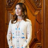Für diesen Look hätte sie selbst auch einen Preis bekommen müssen: Prinzessin Mary überreicht in Kopenhagen Bildungspreise an sieben der talentiertesten Lehrerinnen und Lehrer Dänemarks - und sieht dabei einfach umwerfend aus. Das Seidenkleid des Labels Vilshenko besticht durch zarte Blumen-Stickereien, einem taillierten Schnitt und einer schmeichelnden A-Linie. Mary kombiniert das 1.000-Euro-Kleid mit dunkelblauen Pumps von Gianvito Rossi für 560 Euro und einer ebenfalls dunkelblauen Clutch von Quidam. Die Tasche stammt aus einer limitierten Edition und kostete um die 7.000 Euro.