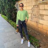 """""""Und hier sind wir wieder: Tragen lange Hosen und Sweatshirts,"""" schreibt Ana Ivanovic auf Instagram. Aber auch der Herbstlook aus grünem Pulli, grauer Hose und Sneakern steht der Frau von Bastian Schweinsteiger doch super."""
