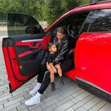 Das schwarze Lack-Outfit bietet einen tollen Kontrast zur knallroten Karre. Auch die kleine Stormi ist farblich auf ihre Mama und das Innere des Autos abgestimmt.