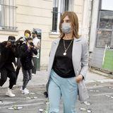 Carine Roitfeld macht sich mit Maske auf den Weg zur Show von Kenzo.