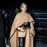 Leonie Hanne besucht die Show von Balmain in einem coolen Mix aus Leder und herbstlichen Camel-Tönen.