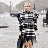 Letzte Woche noch in Mailand, diese Woche in Paris: Leonie Hanne schreitet durch den Pariser Regen zur Show von Dior.