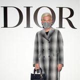 Bryanboy posiert vor der Show von Dior für die Fotografen.