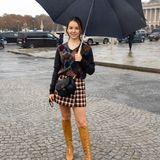 Alexandra von Hannover sorgt für royalen Glanz auf der Pariser Fashion Week. Vor der Show von Dior zeigt sie sich in einem coolen Look, bestehend aus Minirock, Wollpullover und hellbraunen Stiefeln.