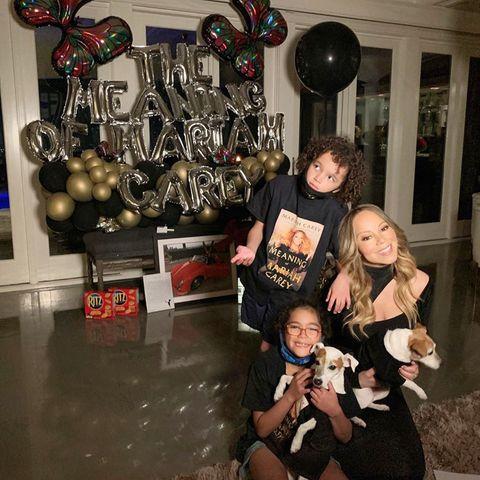 """1. Oktober 2020  Mariah Carey hat soeben ihre Memoiren veröffentlicht:In ihrem Buch""""The Meaning Of Mariah Carey"""" gibt die Popdiva ehrliche Einblicke in ihr turbulentes Leben. Dieses besondere Ereignisfeiert die Popdiva natürlich mit den beiden wichtigsten Menschen an ihrer Seite, den ZwillingenMoroccan und Monroe, die Mamain passenden Shirtsunterstützen."""