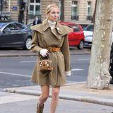 Leonie Hanne macht sich auf den Weg zur Show von Chloé und zeigt, dass man auch in flachen Schuhen super elegant aussehen kann.
