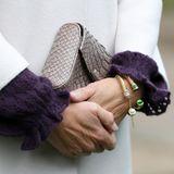 """An ihrem Handgelenk funkeln zwei goldene """"Maya""""-Armreifen des britischen Labels Halcyon Days (Preis je Armreif, rund 125 Euro). Ein Schmuckstück, das auch Kate besitzt. Das Unternehmen ist offizieller Hoflieferant für Kunstobjekte und besitzt als eines von nur 14 Firmen weltweit alle drei """"Royal Warrants""""."""