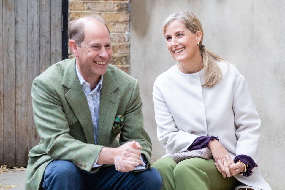 Prinz Edward und Gräfin Sophie von Wessex zeigen sich beim Besuch eines Bauernhofs in London nicht nur bestens gelaunt, sondern auch farblich aufeinander abgestimmt.