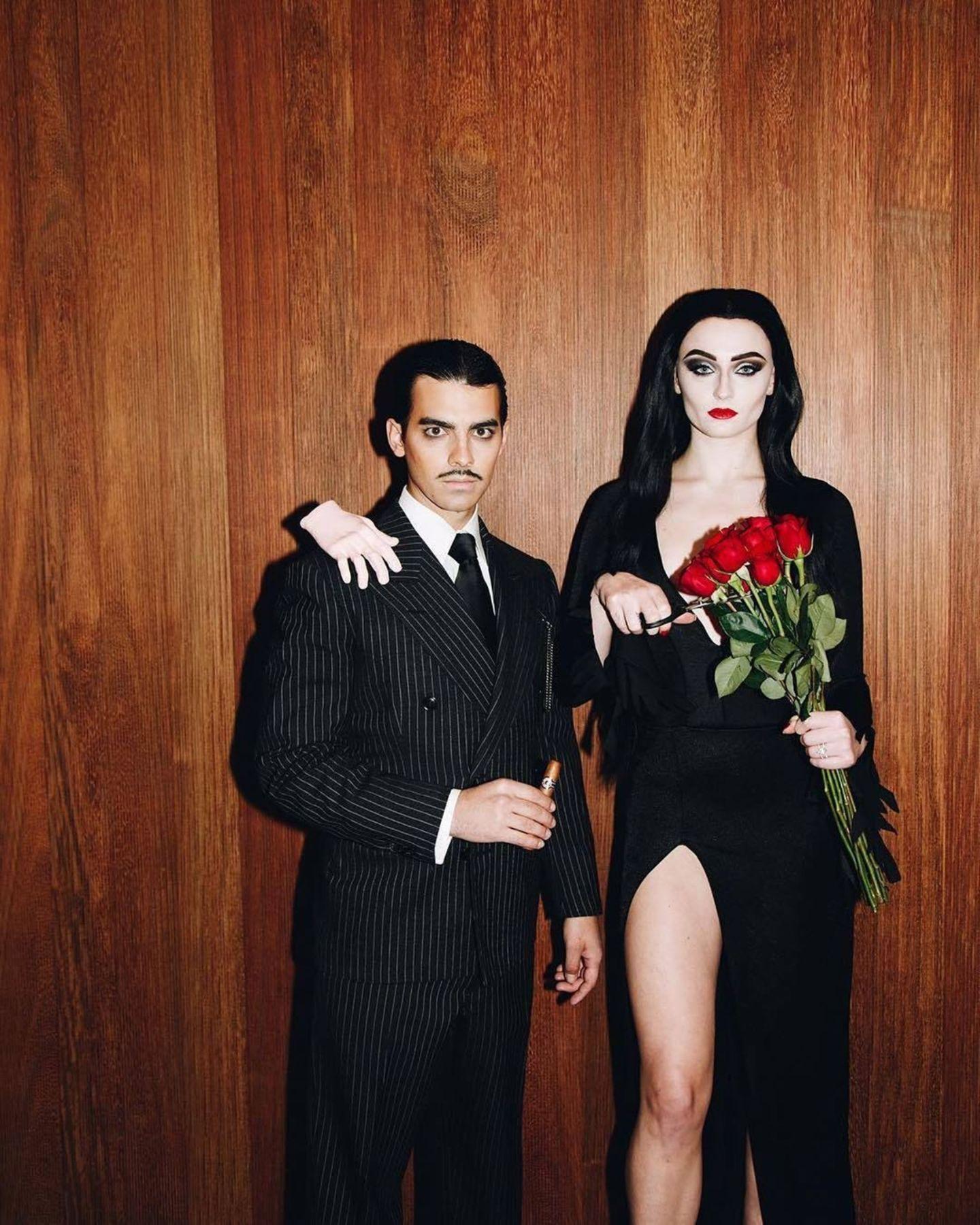 """Sänger Joe Jonas und Ehefrau Sophie Turner geben einschaurig-schönes Paar ab. Mit der Geburt ihrer Tochter bekommt auch die """"Addams Family"""" dieses Jahr Verstärkung. Wir sind gespannt auf die ersten Schnappschüssse."""