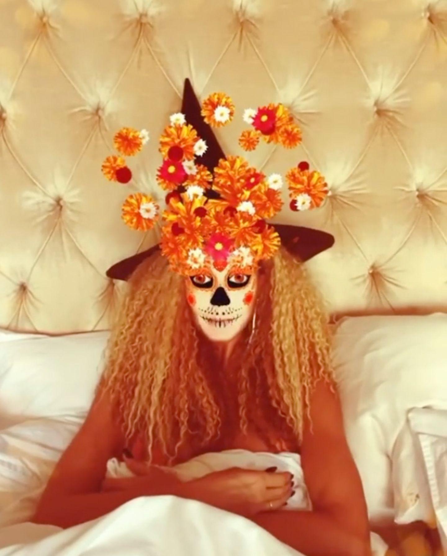 Den Spaß an Halloween lässt sich Heidi Klum auch in diesem Jahr nicht nehmen. Mit ihrem Grusel-Gruß läutet sie die neue Saison ein, die sie ganz gemütlich mit einem Horrorfilm-Marathon im Bett startet.