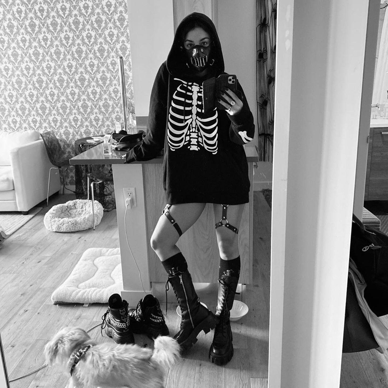 Auch Vanessa Hudgens hat sich bereits in ihr Halloween-Outfit geworfen - aufgrund der aktuellen Lage allerdings nur in ihren eigenen vier Wänden. Daher fordert sie ihre Fans auf Instagramdazu auf, sie einfach in ein passendes, gespenstischesUmfeld zu retuschieren.