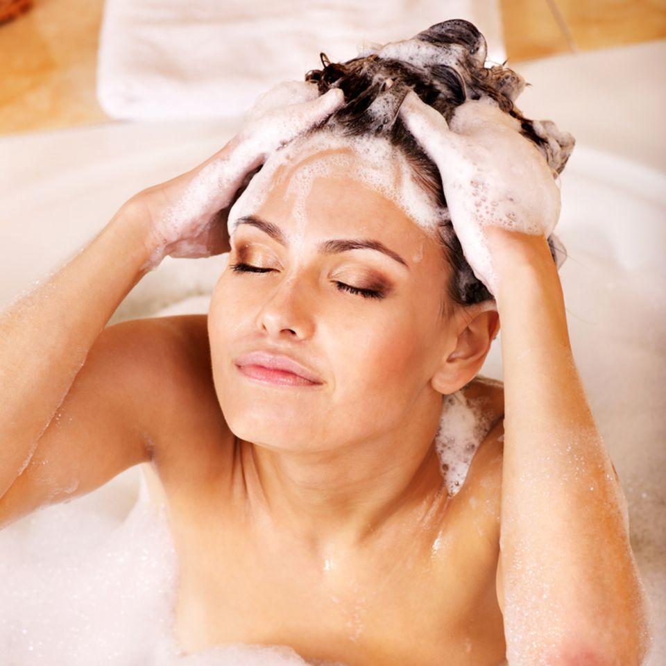 Shampoo ohne Sulfate: Frau benutzt ein Shampoo