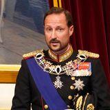 Bisher ist Haakon nur als Begleitung seines Vaters König Harald in das Parlamentsgebäude gekommen. Weil der 83-Jährigekrankheitsbedingt ausfällt, muss Haakonzum ersten Mal in seiner Funktion als Kronprinzregent das Zepter in die Hand nehmen und die Thronrede zur 165. Parlamentseröffnung in Norwegen verlesen.