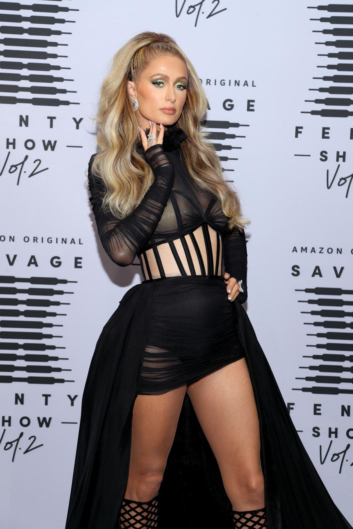 Den dramatischen Auftritt beherrscht Paris Hilton perfekt - auch sie zeigt sich mega sexy.
