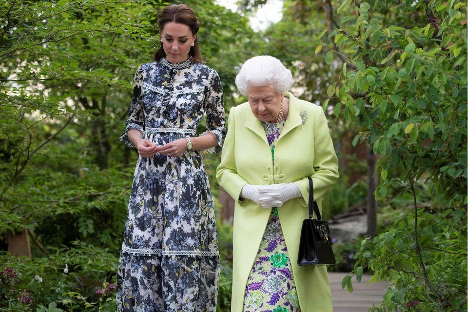 MENTORIN  Die Queen unterstützt intensiv Kates Projekte. Als die Herzogin einen Erlebnis- Garten für die Chelsea Flower Show gestaltete, gehörte Elizabeth II. zu den ersten Besuchern.