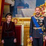 Königin Sonja steht ihrem Sohn bei.