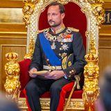 Ein Anblick mit Stahlkraft: Zum ersten Mal sitzt Haakon auf dem Thron im Parlament.