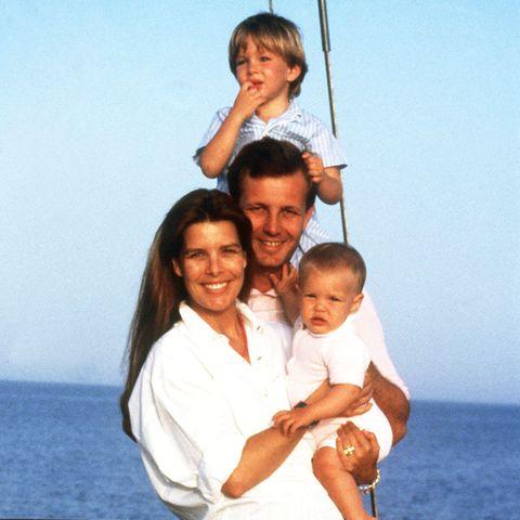 3. Oktober 1990  Dreißig Jahre ist es nun her, dass Prinzessin Caroline von Monaco ihren geliebten Ehemann und Andrea, Charlotte und Pierre ihren Vater verloren. Der Unternehmer und Rennbootfahrer Stefano Casiraghi starb bei einem Unfall vor der Küste von Monaco. Er wurde nur 30 Jahre alt.