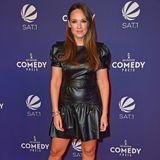Carolin Kebekus trägt schwarzes Lederkleid beim Comedypreis