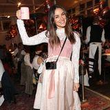 Hoch die Tassen - Janina Uhse feiert auf der Madlwiesn 2020 ihren 31. Geburtstag. Im zauberhaften rosa Dirndl und natürlichem Styling strahlt sie über beide Ohren. Nicht die einzige Promi-Dame, die an diesem Abend in Feierlaune ist ...