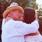 Auch 10 Jahre nach ihrer Hochzeit sind die beiden immer noch so glücklich wie vorher, und erneuern im Urlaub sogar ihr Eheversprechen. Wir gratulieren ganz herzlich!