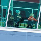 Und da saust Papa Carl Philip vorbei! Prinz Alexander und Prinz Daniel verfolgen das Rennen gespannt von der VIP-Lounge aus. Mama Sofia checkt derweil ihr Handy.