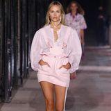 Glitzerstoffe und XXL-Schultern - der Einfluss der 80er-Jahre ist bei Isabel Marants neuer Kollektion nicht zu übersehen. Topmodel Natasha Poly überzeugt im rosafarbenen Mini-Latzkleid.