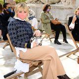 GOT-Darstellerin Maisie Williams hingegen nimmtim eleganten Femme-Fatale-Look in der Front-Row beiChloé Platz. Bereits bei der Dior-Show stach die Schauspielerin mit ihrem guten Stilgefühl hervor und mausert sich immer mehr zum Modeliebling. So richtig günstig ist ihr Look allerdings nicht, allein die Hose von Chloé kostet ca. 653 Euro.