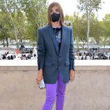 Ungewohntschlicht erscheint Mode-ExpertinCarine Roitfeld bei der Fashion Show vonChloé. Der XXL-Blazer verdeckt ihr Shirt,allein die knallige Hose sticht aus dem eintönigen Look hervor.