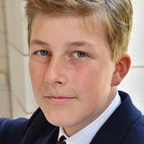 4. Oktober 2020  Ein kleiner Prinz wird erwachsen: Emmanuel von Belgien feiert heute seinen 15. Geburtstag, und dieses neue Porträt des Hofes zeigt, dass das dritte Kind von König Phillippe und Königin Mathilde ein richtig junger Mann geworden ist. Wir gratulieren herzlich!