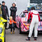 Und beide Prinzen freuen sichfreuen sich besonders, ihren Vater Carl Philip nach seinem Rennen beimPorsche Carrera Cup Scandinavia wieder in den Arm nehmen zu können.