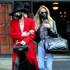 """Wer verbirgt sich unter Hutkrempe und XXL-Brille? Es ist Miley Cyrus, die offenbar unerkannt aus dem New Yorker """"The Bowery Hotel"""" auschecken möchte. Auch beim Paparazzi-Versteckspiel setzt die Sängerin auf puren Luxus.Die Tasche von Lavin, Mantel von Saint Laurent, Brille Versace, der Hut von Gucci und die Schuhe von Christian Louboutin - Miley kleidet sich von Kopf bis Fuß in Edelmarken. Das hatseinen Preis, rund 9000 Euro kostet dieser exklusive Street-Style."""