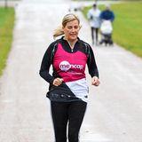 Als Unterstützung für das Laufteam der Charity-Organisation Mencap für Menschen mit Lernschwierigkeiten nimmtSchirmherrin Gräfin Sophie am offiziellen Marathon teil, der auch am Schloss Windsor vorbeiführt. Im Regen zeigt sie 1.5 Meilen lang royale Laufpower.
