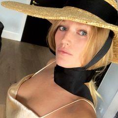 """... ganz schön luftig. In ihrerHeimatstadt Hamburg sind es gerade einmal 10 Grad - doch das scheint die hübsche Blondine nicht zu stören. In ihrer Story schreibt sie: """"Zu sommerlich für 10 Grad? Neee!"""" und setzt dahinter einen Lachsmiley. Ob nun unpassend oder nicht: Toni sieht in ihrem ausgefallenem Dress wunderschön aus."""