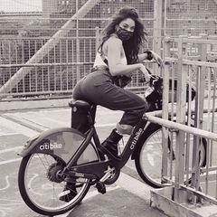 Vanessa Hudgens fährt mit gutem Beispiel voran: Gesund und umweltfreundlich bewegt sich die Schauspielerin auf einem Leihfahrrad durch New York. Und wer würde sienicht gerne bei ihrem Stadtausflug begleiten?