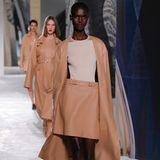 Ein weiterer Trend für das Frühjahr 2021 lässt sich bei Hermès erkennen: helle Nudetöne.