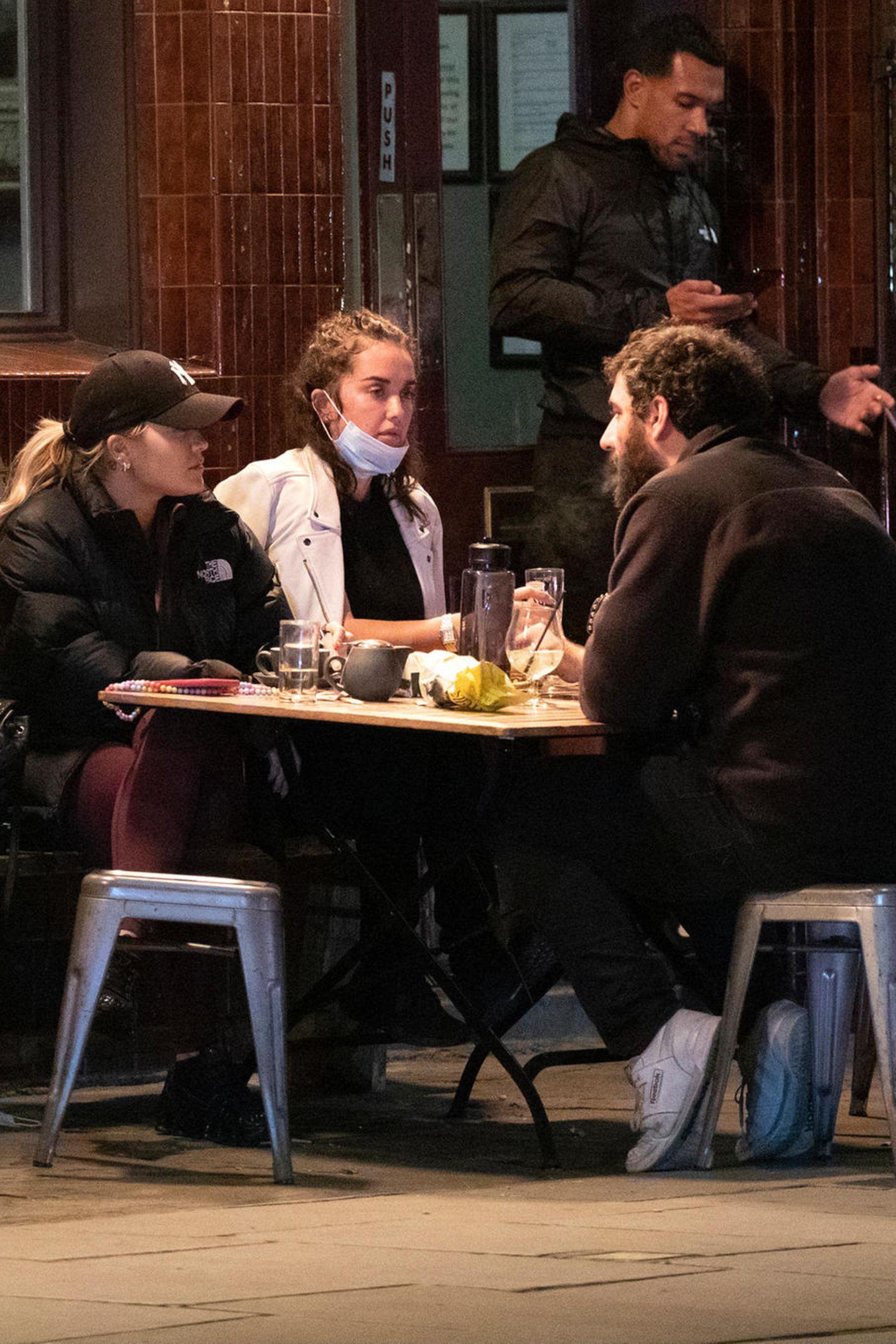 Ein ganz normales Treffen mit Freunden? Vielleicht habensich Rita Ora und ihr Freund Romain Gavras auch zum Treffen mit Ritas Schwester Elena und deren Freund verabredet, um eine spannende Neuigkeit zu verkünden ...