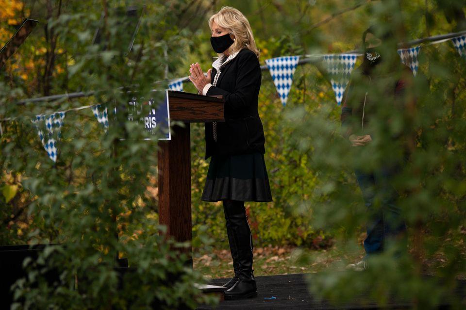 Wahlkampf in Krisenzeiten: Jill Biden nimmt die Hygienemaßnahmen wegen der Coronapandemie ernst und trägt Mundschutz.