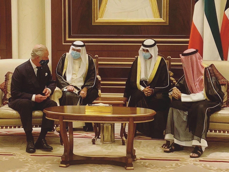 4. Oktober 2020  Der Prinz von Wales ist der Bitte derbritischen Regierung nachgekommen und trotz Coronavirus für einen Kondolenzbesuch nach Kuwait gereist. Seine Hoheit Scheich Sabah al-Ahmed al-Sabah, der Emir von Kuwait und damit das Staatsoberhaupt des Golf-Staates, war am 29. September im Alter von 91 Jahren verstorben. In Kuwait traf Charles SeineHoheit Scheich Nawaf al-Ahmed al-Jaber al-Sabah, den neuen Emir. Ein Foto der Männer veröffentlichtClarence House, der Amtssitz des Prinzen,auf Twitter.