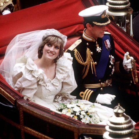 Prinzessin Diana und Prinz Charles in der Hochzeitskutsche.
