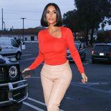 Kim Kardashian gehört zur Königsfamilie des amerikanischen TVs, auch modisch hat sie sich zu einer absoluten Ikone gemausert. Im Dezember des letzten Jahres zeigt sie sich in der gleichen Kombi wie Meghan: Sie trägt eine helle Lederhose und dazu ein knallrotes, enges Oberteil mit asymmetrischem Ausschnitt-Cut-Out. Auch sie trägt ihr dunkles Haar glatt in einem Mittelscheitel gekämmt. Ob sich Meghan diesen Look abgeschaut hat?