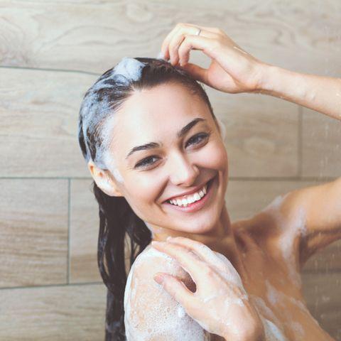 Shampoo ohne Silikone: Frau wäscht sich die Haare