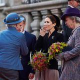 Ganz vorbildlich werfen sich die royalenDamen zur Begrüßung ein Luftküsschen zu.
