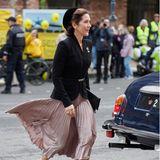 Und sie darf natürlich ebenso nicht fehlen: Schwungvoll und elegant begibt sich Prinzessin Mary zum Eingang der Folketing-Halle auf Schloss Christiansborg.