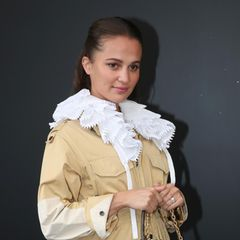 Ist sie - oder ist sie nicht? Bei der Schau von Chanel im Rahmen der Fashion Week in Paris verdeckt Alicia Vikander geschickt ihr Bäuchlein. Erst kürzlich wurden Bilder veröffentlicht, die die Schauspielerin mit verdächtiger Baby-Wölbung zeigen.