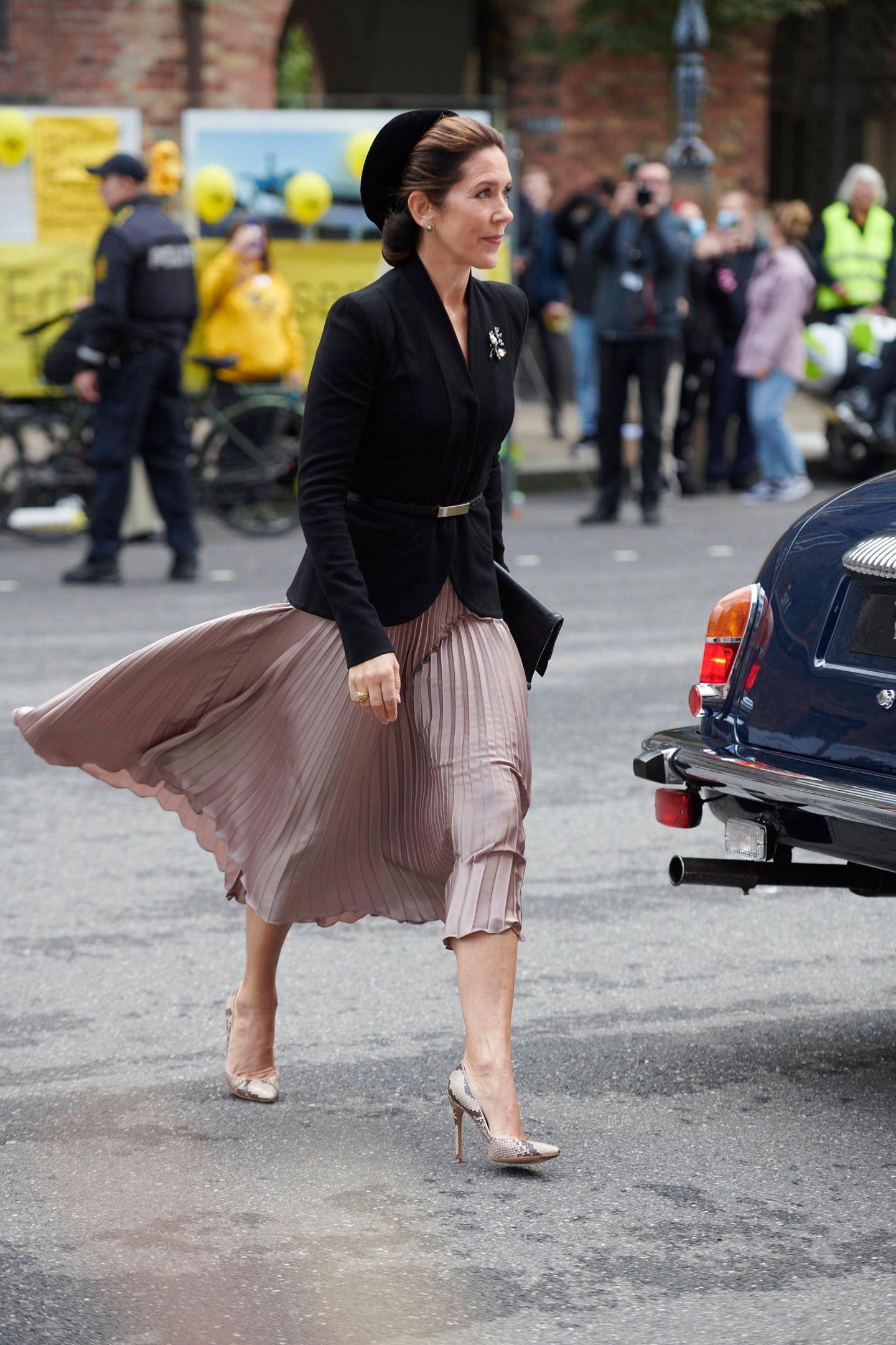 ... dann ist es Folgendes: Unterschätze niemals den Wind! Auch Mary muss an dem Tag gegen einige starke Windböen ankämpfen und ihr Rock wird kurzerhand zur Leggings. Doch anmerken tut man ihr nichts:Souverän und gelassen marschiert die 48-JährigeRichtung Parlament und beweist damit einmal mehr: So leicht kann Mary eben nichts aus der Ruhe bringen. Ihre Haare hat sie jedenfalls wohl wissentlich unter einem Hut befestigt...