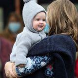 Auch wenn Baby-Prinz Charles noch nichts von seinem Glück ahnt, genießt er den Ausflug mit seinen Elternund verfolgt aufmerksam die Geschehnisse um sich herum.