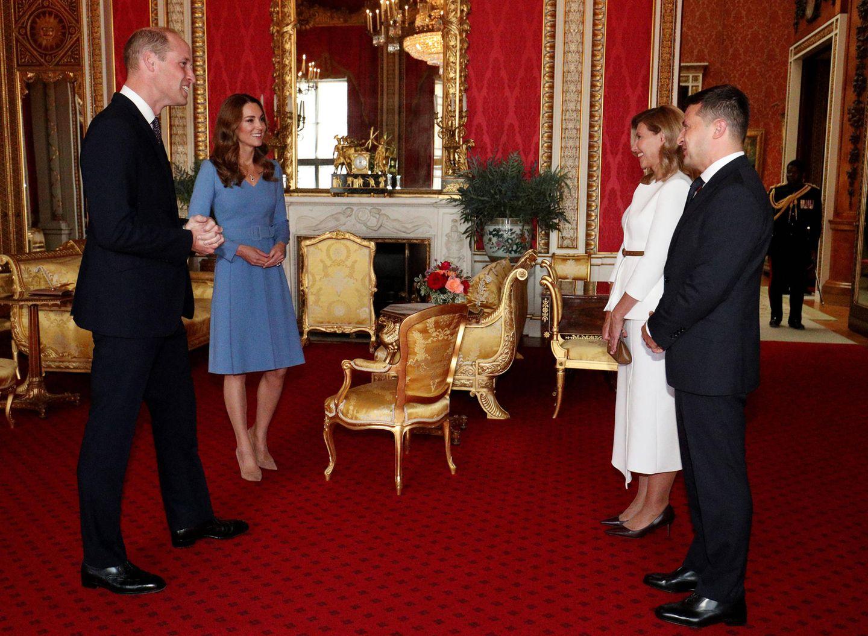 Prinz William und Herzogin Kate haben seit langer Zeit zum ersten Mal wieder zu einer Audienz in den Buckingham Palast eingeladen. Der ukrainische PräsidentWolodymyr Selenskyj und seine Ehefrau Olena Selenska sind zu Besuch. Für diesen Anlass wählt Kate ein kornblumen-blaues Kleid mit Taillengürtel.